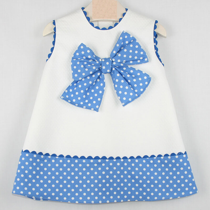 cd18f9a1a28ef Vestido de bebé en piqué con azulón. Familia de vestidos para niñas ...