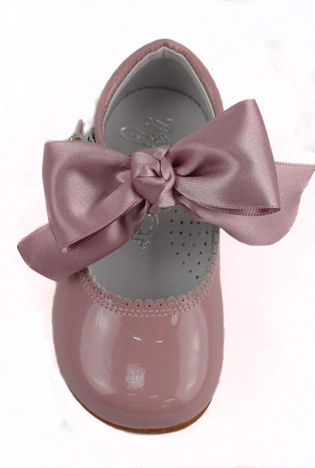bc90a9f2b5261 Merceditas de Piel de charol en rosa palo.. Zapato niña en charol ...